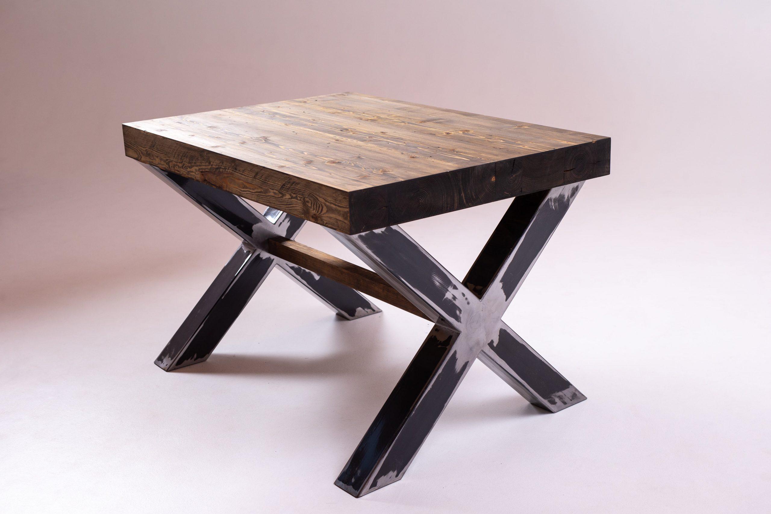 Vecā koka galds, melnā metāla rāmis
