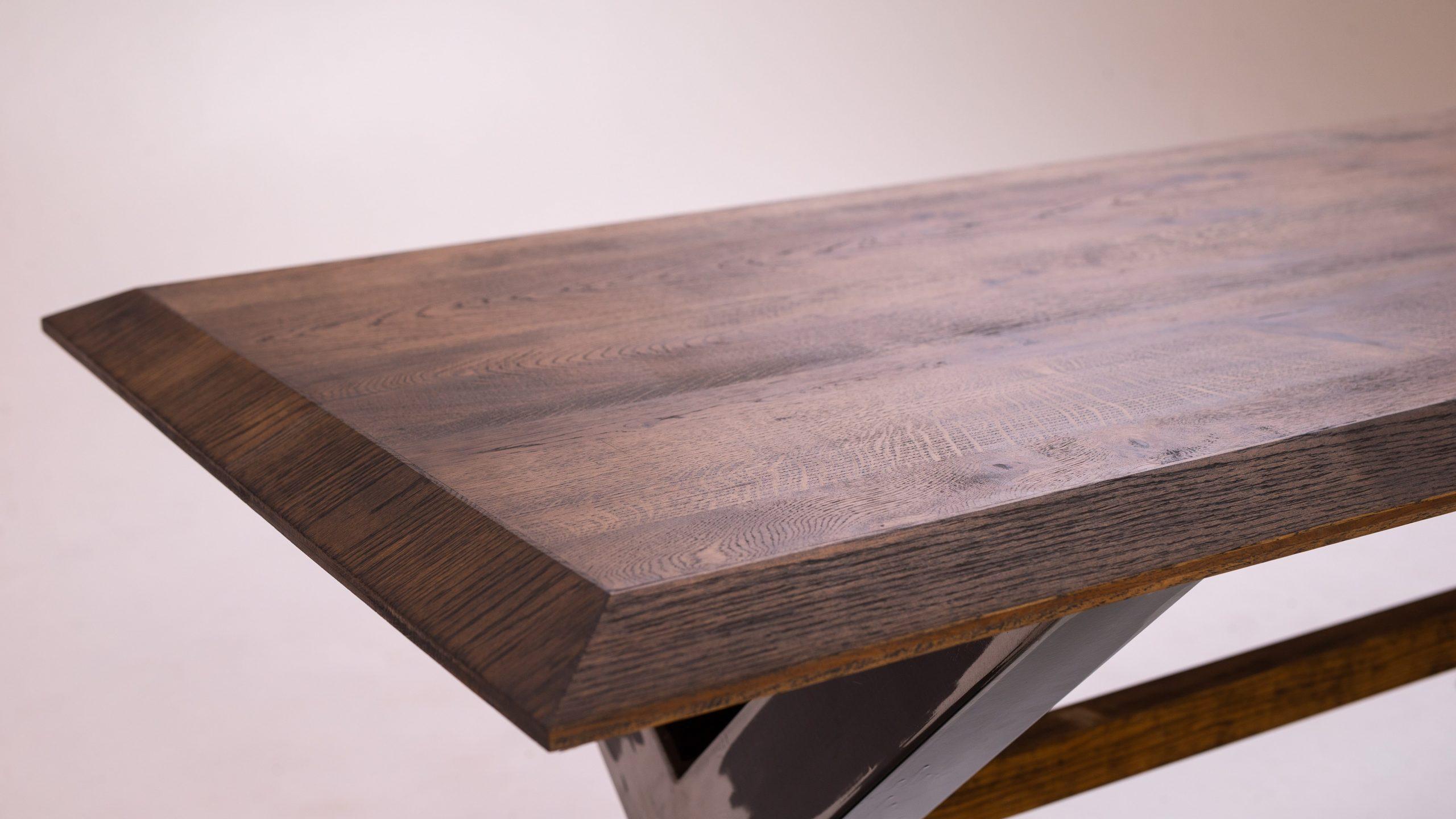 Ozola galds, melnā metāla rāmis