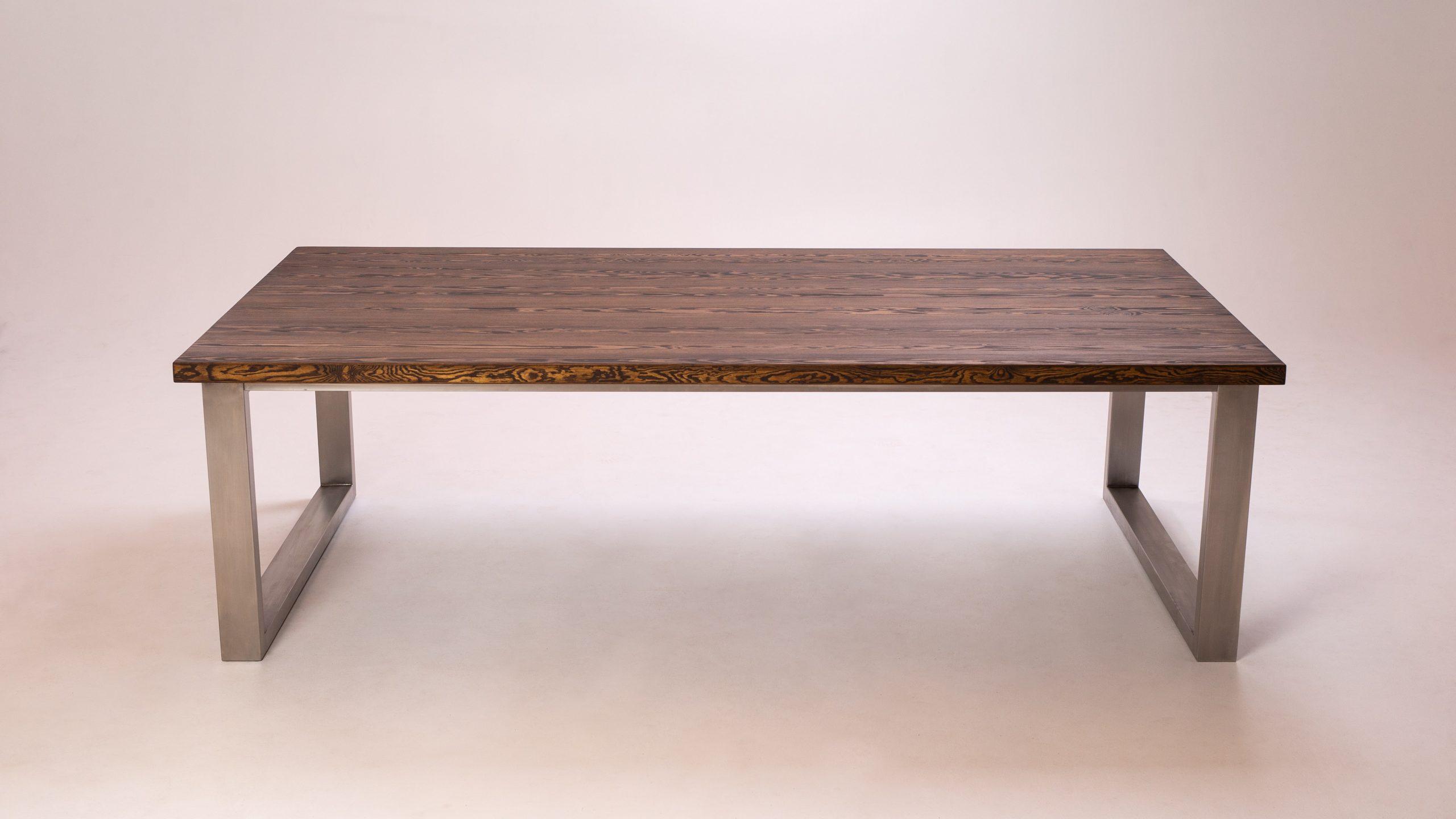 Priedes galds, nerusējošā tērauda rāmis