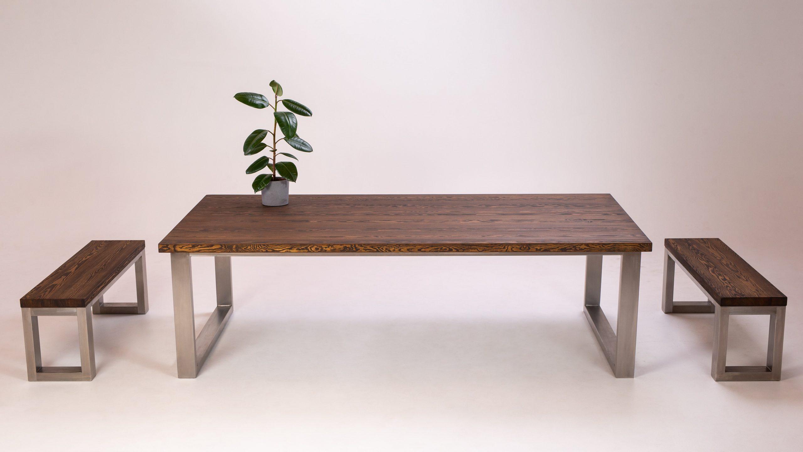 Priedes galds ar soliem, nerūsējošā tērauda rāmji