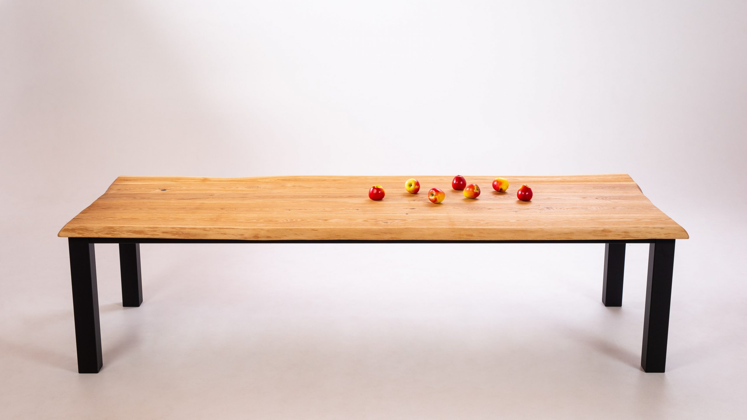 Ozola masīvkoka galds, krāsota metāla rāmis